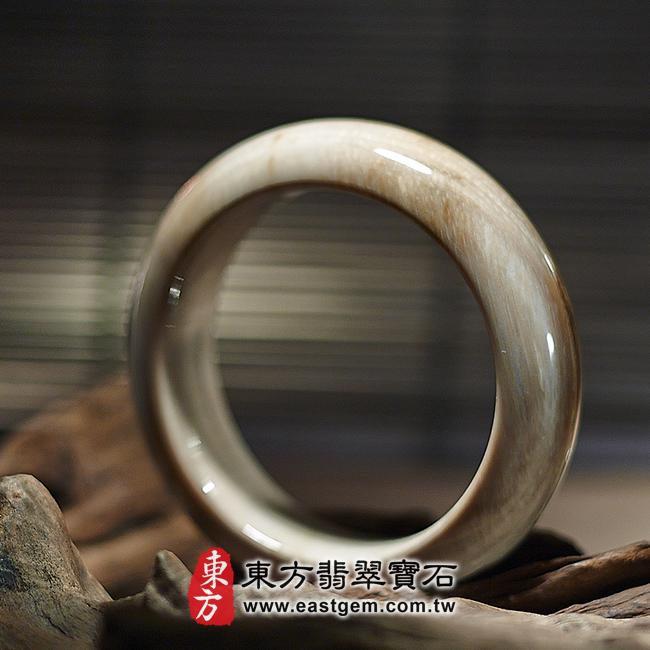 木化石天然手鐲左側照片 木化石手鐲、樹化玉手鐲。(淺褐色帶白色,圓鐲18,WO021)。客製化訂做各種木化石手鐲、樹化玉手鐲。★附東方翡翠寶石雙證書