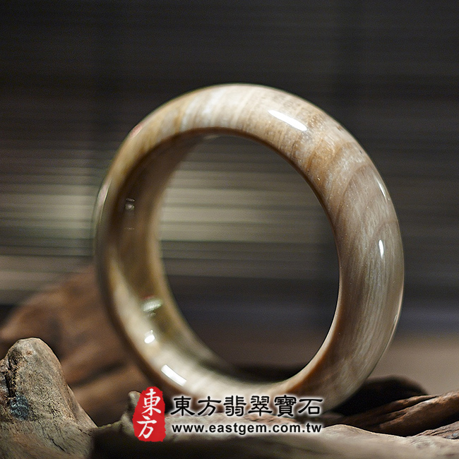 木化石手鐲左側照片 (已售出勿下標,可訂做)木化石手鐲、樹化玉手鐲。(淺咖啡色帶白色,圓鐲18,WO016)。客製化訂做各種木化石手鐲、樹化玉手鐲。★附東方翡翠寶石雙證書