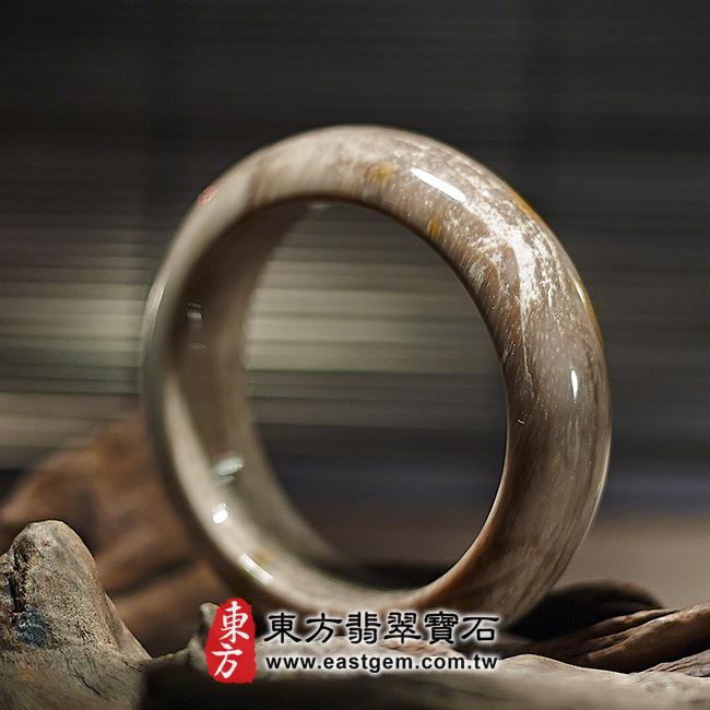 木化石天然手鐲左側照片 木化石手鐲、樹化玉手鐲。(淺咖啡色帶白色,圓鐲18,WO017)。客製化訂做各種木化石手鐲、樹化玉手鐲。★附東方翡翠寶石雙證書