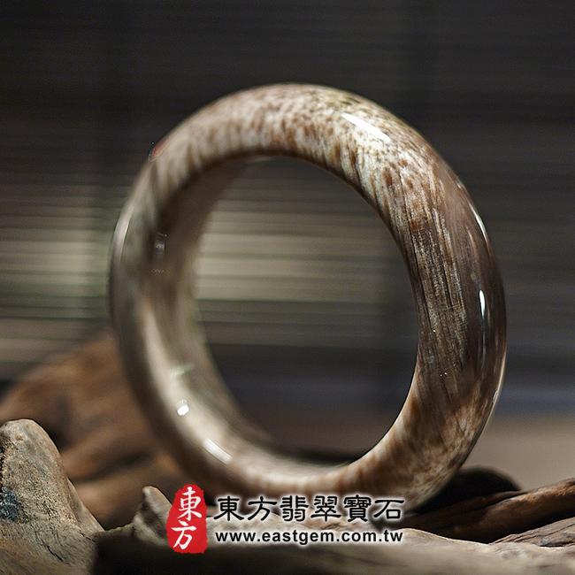 木化石天然手鐲左側照片 木化石手鐲、樹化玉手鐲。(咖啡色帶白色,圓鐲18,WO018)。客製化訂做各種木化石手鐲、樹化玉手鐲。★附東方翡翠寶石雙證書