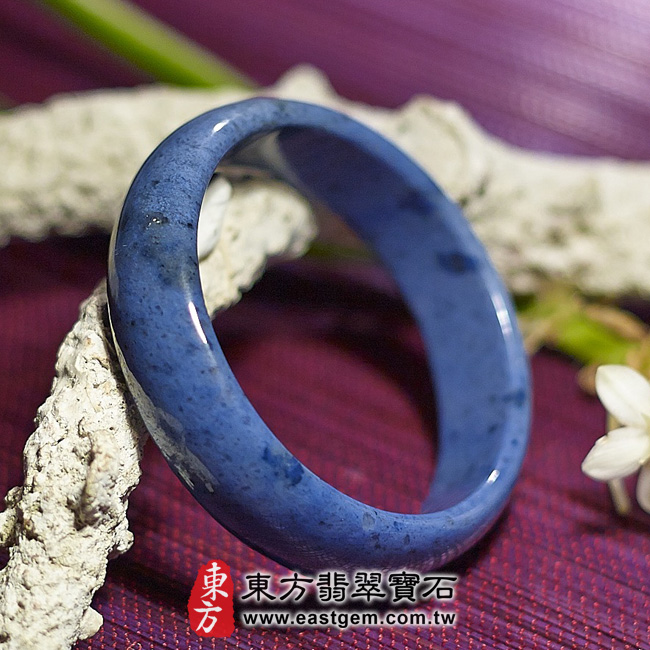 藍玉石天然手鐲玉鐲 左側照片 藍玉石手鐲。(藍色,圓鐲17.5,BH001)。客製化訂做各種藍玉石手鐲。★附東方翡翠寶石保證卡