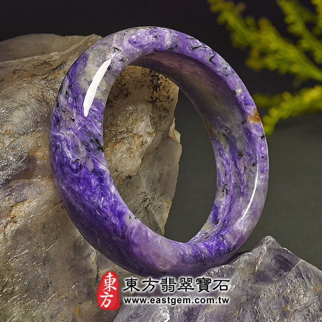 紫龍晶天然手鐲玉鐲左側照片  紫龍晶手鐲。(紫色帶白色,圓鐲17.5)PU003。客製化訂做各種紫龍晶手鐲。★附東方翡翠寶石雙證書