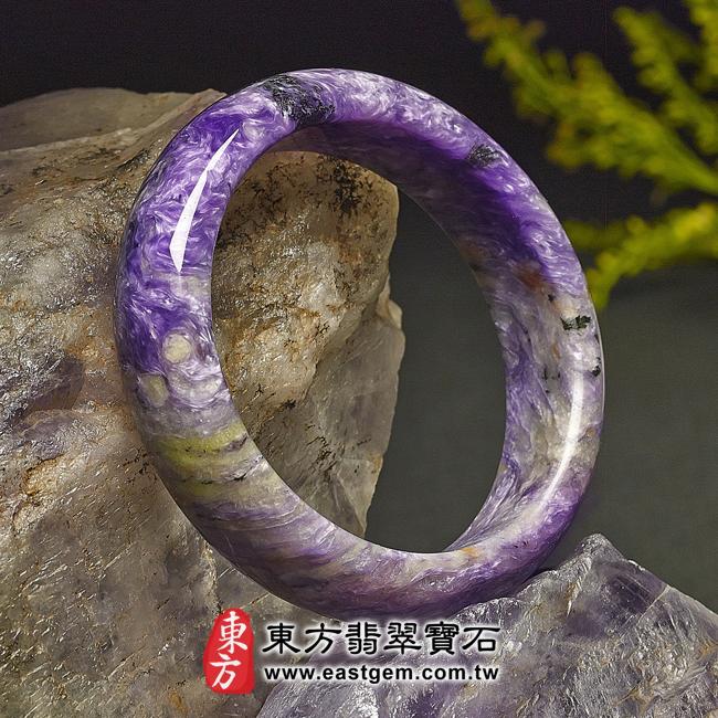 紫龍晶天然手鐲玉鐲左側照片 紫龍晶手鐲。(紫色帶白色,圓鐲18.5)PU005。客製化訂做各種紫龍晶手鐲。★附東方翡翠寶石雙證書