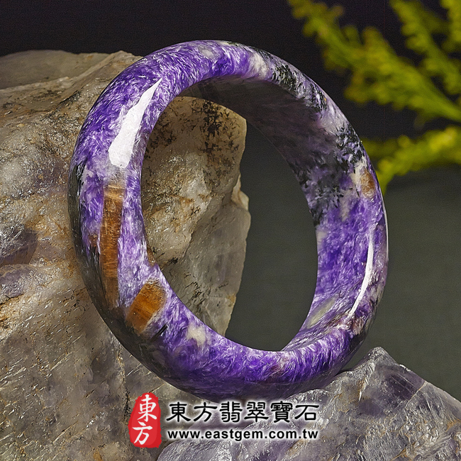 紫龍晶天然手鐲玉鐲左側照片  紫龍晶手鐲。(紫色帶白色,圓鐲17.5)PU006。客製化訂做各種紫龍晶手鐲。★附東方翡翠寶石雙證書