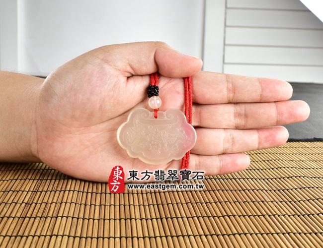 龍鳳呈祥 大小示意照片 瑪瑙如意項鍊玉珮(龍鳳呈祥:如意牌瑪瑙如意玉珮、玉髓如意玉墜)。黃色天然瑪瑙玉髓如意,LU300。客製化訂做各種瑪瑙玉髓如意吊墜玉珮項鍊。★附東方翡翠寶石保證卡